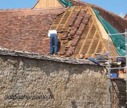 Charpente bois couverture de toit tuiles plates anciennes for Couverture tuiles plates