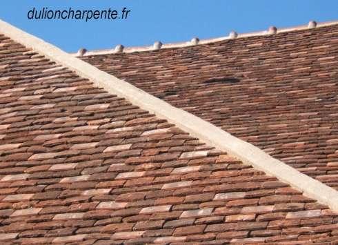charpente bois couverture de toit tuiles plates anciennes. Black Bedroom Furniture Sets. Home Design Ideas
