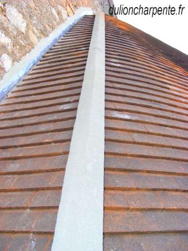 charpente bois couverture de toit tuiles plates neuves. Black Bedroom Furniture Sets. Home Design Ideas